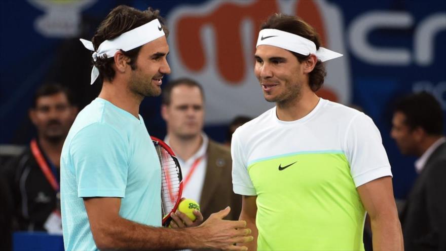 Rafael Nadal (dcha.) y Roger Federer se saludan durante en el International Premier Tennis League en Nueva Delhi, 12 de diciembre de 2015. (Foto: AFP)