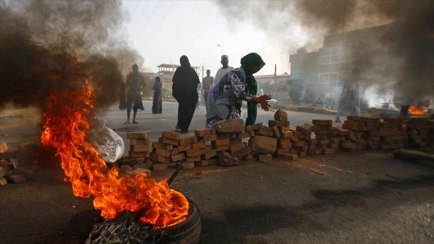 Los manifestantes sudaneses bloquean la calle para prohibir la entrada de tropas militares, Jartum, 3 de junio de 2019. (Foto: AFP)