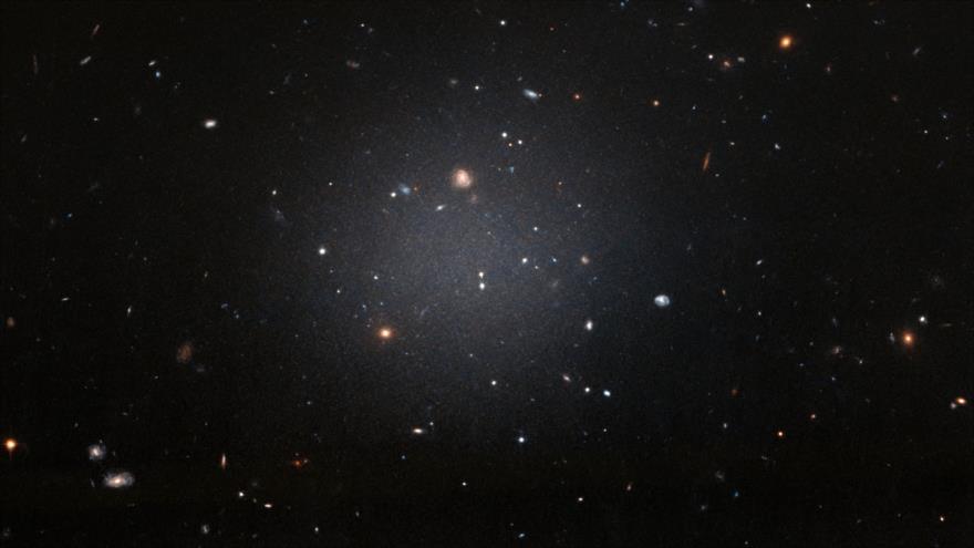 Imagen de la galaxia NGC 1052-DF2 captada por el telescopio Hubble.