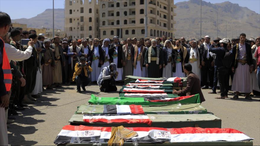Los yemeníes se reúnen alrededor de los ataúdes de los escolares muertos por la agresión saudí, Saná (capital), 10 de abril de 2019. (Foto: AFP)