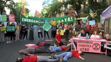 Activistas bloquean calle de PSOE para exigir emergencia climática