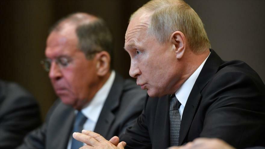 El presidente ruso, Vladimir Putin, junto a su canciller Serguéi Lavrov, se reúne con funcionarios estadounidenses.
