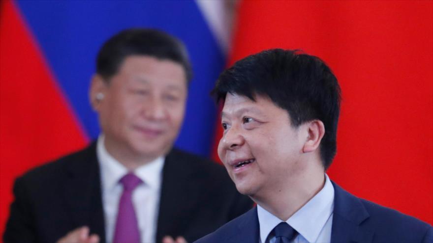 El presidente rotativo de Huawei, Guo Ping (frente) y el presidente chino, Xi Jinping, en el palacio Kremlin, Moscú, 5 de junio de 2019. (Foto: AFP)