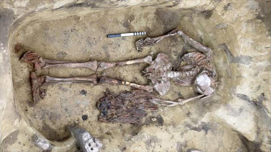 Un esqueleto de la Edad del Bronce sepultado con un ornamento inusual: un collar o tocado hecho de docenas de picos de aves y cráneos.