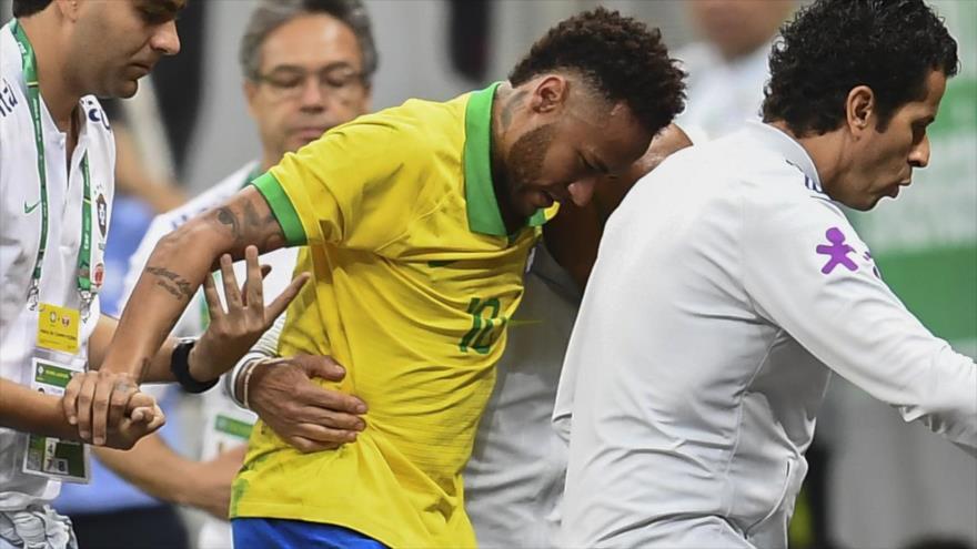 El brasileño Neymar deja el terreno de juego lesionado durante un partido de fútbol amistoso contra Catar en Brasilia, 5 de junio de 2019, (Foto: AFP)