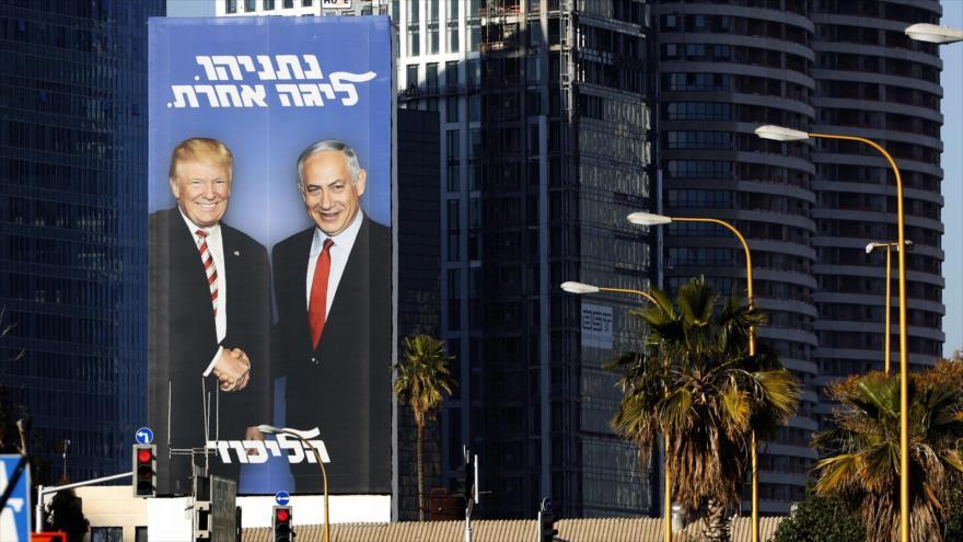 Una cartelera del presidente estadounidense, Donald Trump, junto con el primer ministro israelí, Benjamín Netnayahu, en los territorios ocupados, 3 de febrero de 2019. (Foto: AFP)