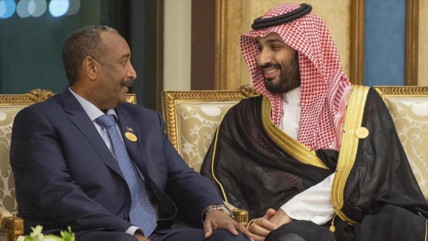 El príncipe heredero saudí, Muhamad bin Salman (dcha.), y el jefe del consejo militar de Sudán Abdel Fattah al-Burhan, Maca, 1 de junio de 2019.