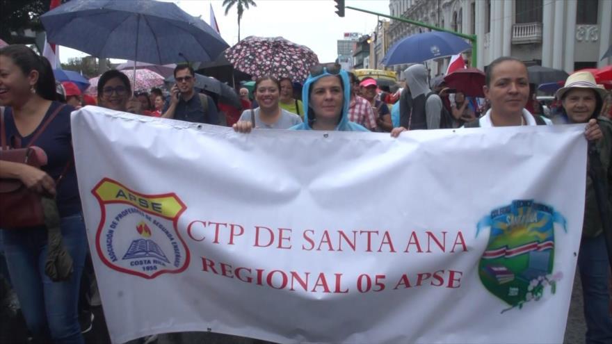 Maestros marchan contra ley antihuelga en Costa Rica