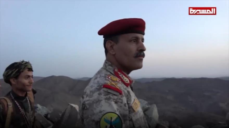 El ministro de Defensa de Yemen, Naser al-Atefi, visita las regiones fronterizas de su país con Arabia Saudí, 7 de junio de 2019. (Foto: Al Masirah)