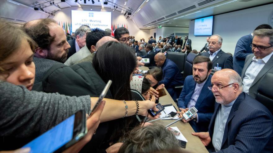El ministro de Petróleo iraní, Biyan Namdar Zanganeh, habla con los periodistas en Austria, 6 de diciembre de 2018. (Foto: AFP)