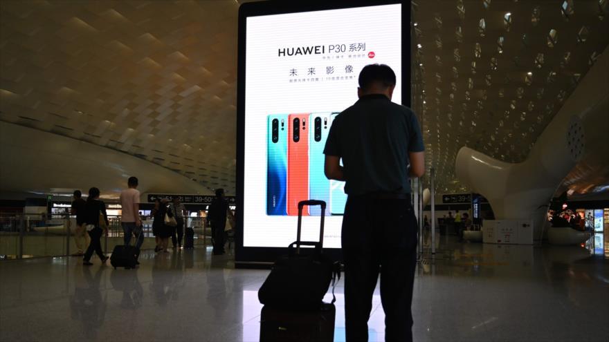 Una propaganda de Huawei en el aeropuerto internacional de Shenzhen-Baoan, la provincia china de Guangdong, 30 de mayo de 2019. (Foto: AFP)