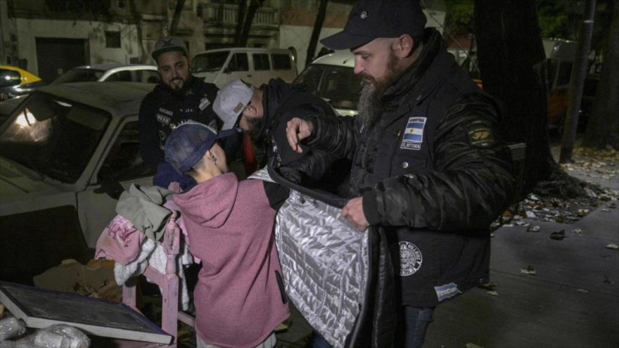 Reparto de alimentos y ropa a personas sin techo en las calles de Buenos Aires. (Foto: AFP)