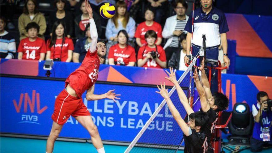 Un instante del partido entre la selección de Voleibol de Irán y la de Japón, celebrado en Tokio (capital de Japón), 8 de junio de 2019.