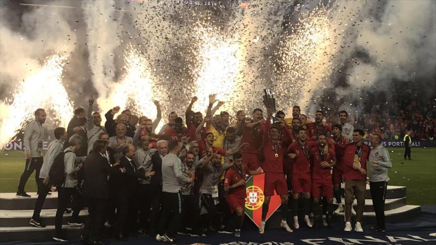 El equipo de Portugal celebra su triunfo en la Liga de Naciones al imponerse por 1-0 a Holanda, en Oporto, 9 de junio de 2019.