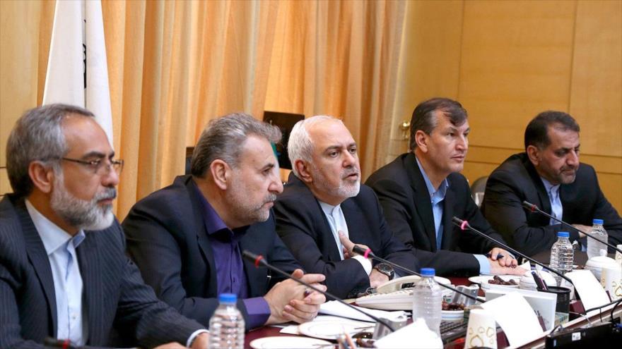 El canciller iraní, Mohamad Yavad Zarif (centro), en una reunión de la Comisión de Seguridad Nacional y Política Exterior del Parlamento, 9 de junio de 2019.