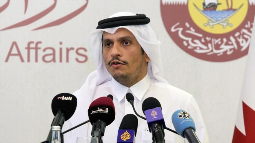 El canciller catarí, Mohamad bin Abdulrahman Al Thani, habla en una conferencia de prensa en Doha, capital catarí.