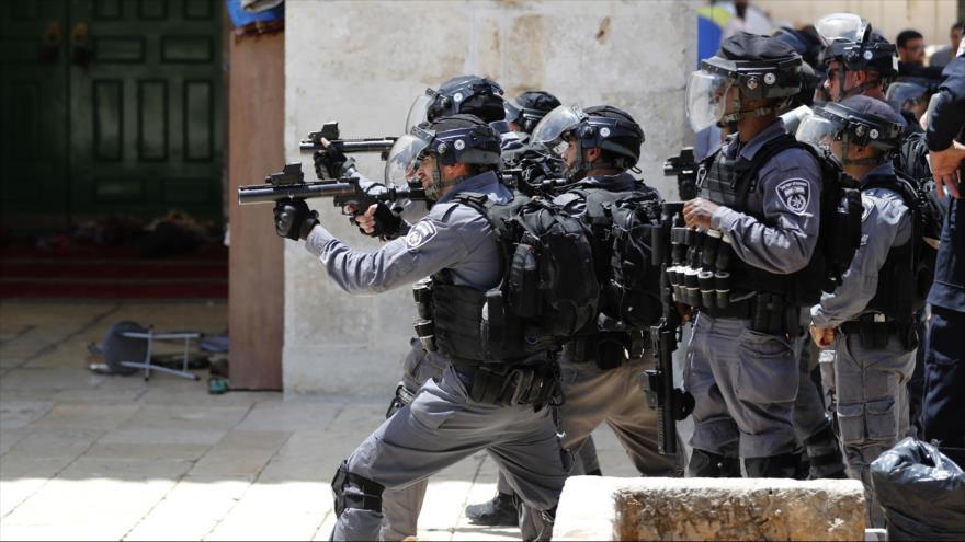 Las fuerzas israelíes reprimen manifestantes palestinos en la Mezquita Al-Aqsa, en la ciudad de Al-Quds (Jerusalén), 2 de junio de 2019. (Foto: AFP).
