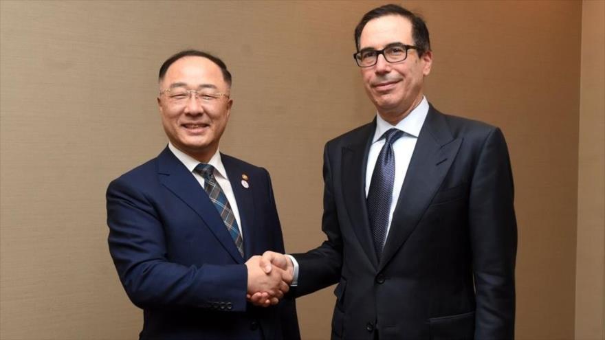 El ministro surcoreano de Economía y Finanzas, Hong Nam-ki (izq.), y el secretario de Tesoro de EE.UU., Steven Munchin, en Japón, 9 de junio de 2019.