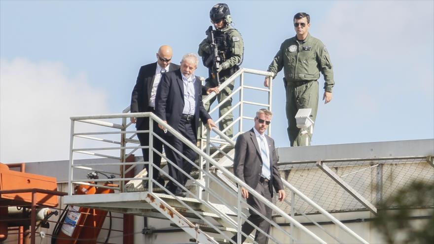 El expresidente brasileño Luiz Inácio Lula da Silva (2º desde dcha.) llega a la sede de la Policía Federal de Brasil, 2 de marzo de 2019.