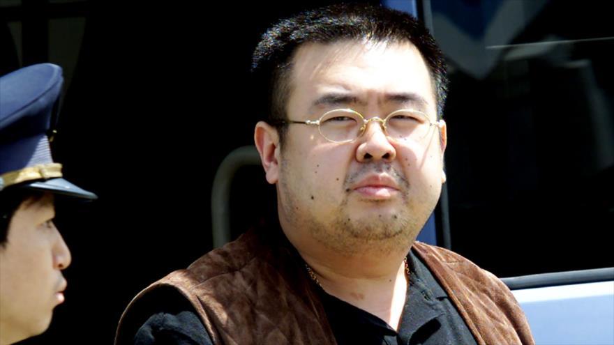 La foto tomada el 4 de mayo de 2001 muestra a Kim Jong-nam, el hermnastro asesinado del líder norcoreano, en el aeropuerto de Narita, Japón. (Foto: AFP)