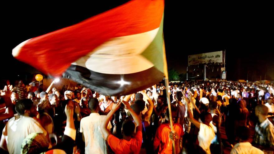 Sudaneses se manifiestan fuera del cuartel del Ejército en Jartum, la capital de Sudán, 30 de mayo de 2019. (Foto: AFP)