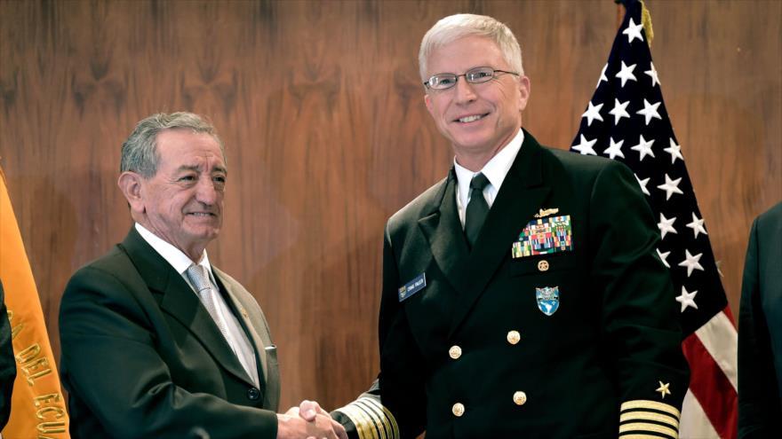 El ministro ecuatoriano de Defensa, Oswaldo Jarrín (izq.), y el jefe del Comando Sur de EE.UU., Craig Faller, Quito, 25 de abril de 2019. (Foto: AFP)