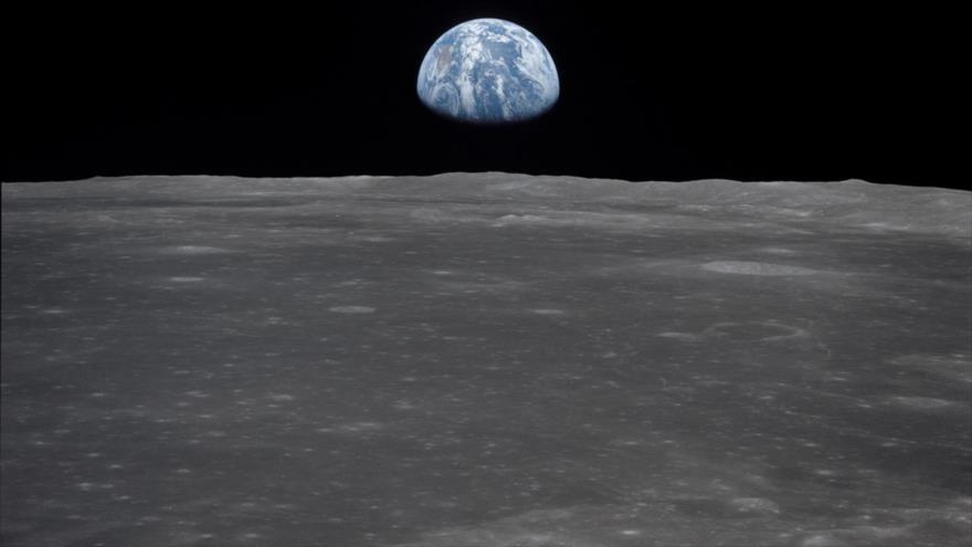 """Científicos hallan una enorme masa metálica """"5 veces más grande que Hawái"""", enterrada en La Luna."""