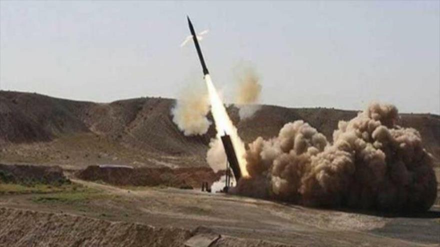 Momento del lanzamiento de un misil balístico yemení Zelzal-1.