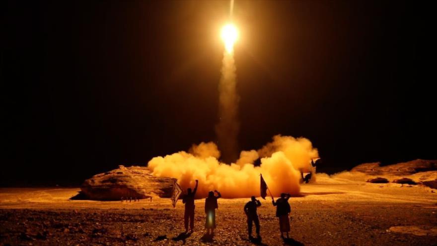 Fuerzas yemeníes disparan un misil contra un objetivo de los agresores saudíes desde Saná (capital), 25 de marzo de 2018. (Foto: AFP)