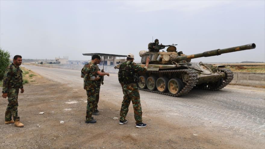 Fuerzas del Ejército sirio en una carretera que conduce a la provincia de Hama, en el centro-oeste de Siria, 8 de junio de 2019. (Foto: AFP)