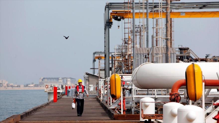 Una instalación petrolera en la isla iraní de Jark, en el Golfo Pérsico, marzo de 2017. (Foto: AFP)