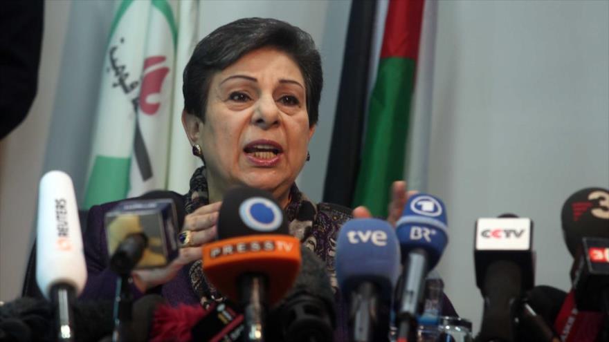 Hanan Ashrawi, miembro del Comité Ejecutivo de la Organización para la Liberación de Palestina (OLP), habla en una rueda de prensa.