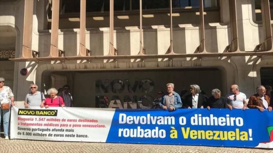 Un grupo de personas exigen al banco portugués Novo Banco que libere los millones de dólares del pueblo venezolano, 10 de junio de 2019.