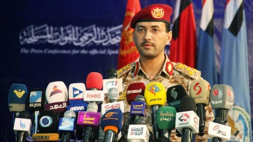 El portavoz de las Fuerzas Armadas de Yemen, el general Yahya Sari, habla en una rueda de prensa.