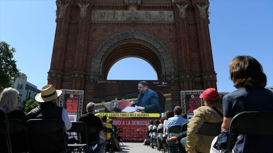 Oriol Junqueras, en una pantalla gigante, de Esquerra Republicana de Catalunya, en la audiencia final de su juicio, 12 de junio de 2019. (Foto: AFP)