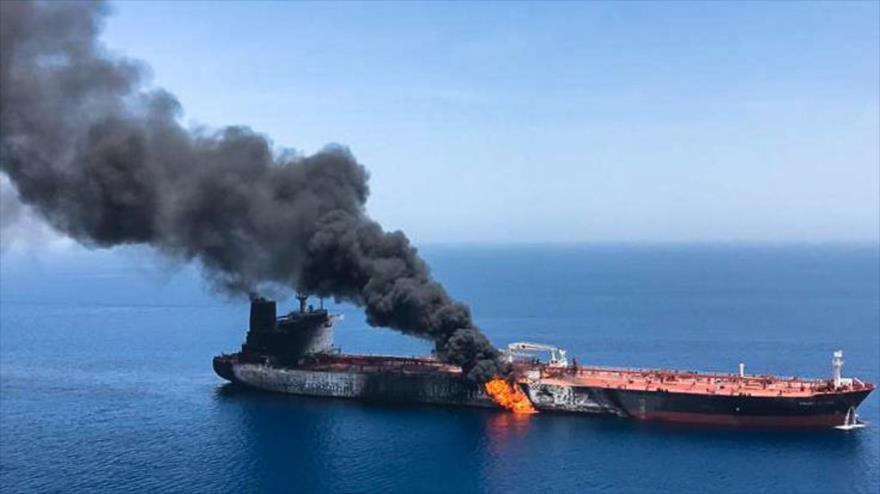Un buque cisterna se quema luego de haber sufrido un siniestro por causas desconocidas en el mar de Omán, 13 de junio de 2019. (Foto: ISNA)