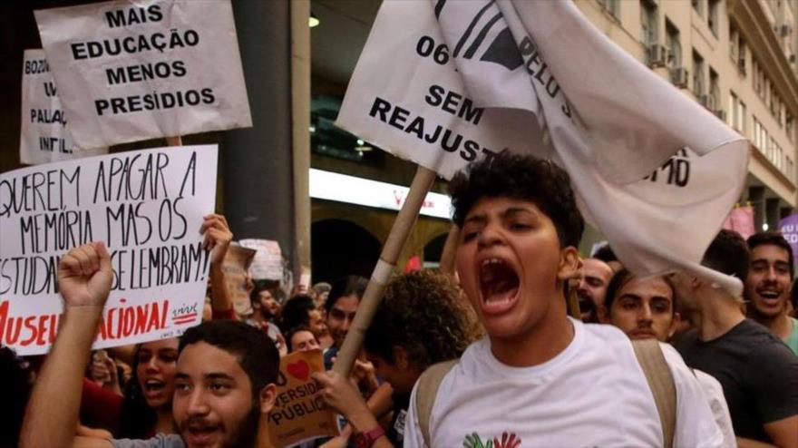 Miles de estudiantes protestan contra los cortes en la educación del Gobierno del presidente brasileño, Jair Bolsonaro, en Río de Janeiro, 31 mayo 2019. (Foto: Efe)