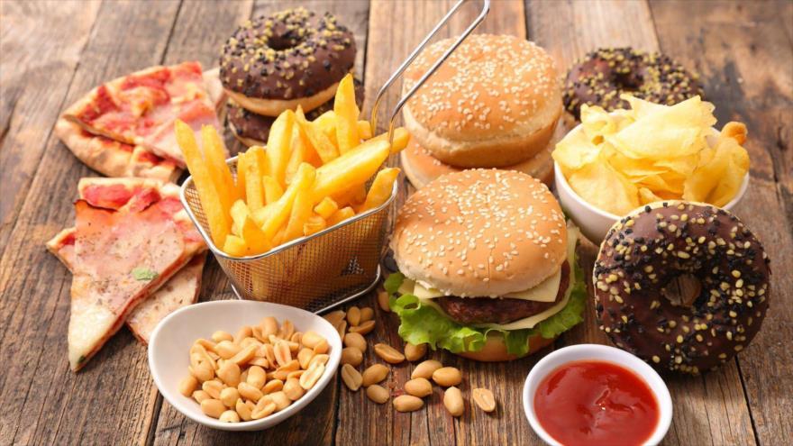 Un estudio revela que una dieta alta en calorías avanza el deterioro del cerebro.