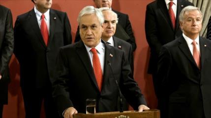 Piñera cae en las encuestas; cambia ministros pero no sus planes