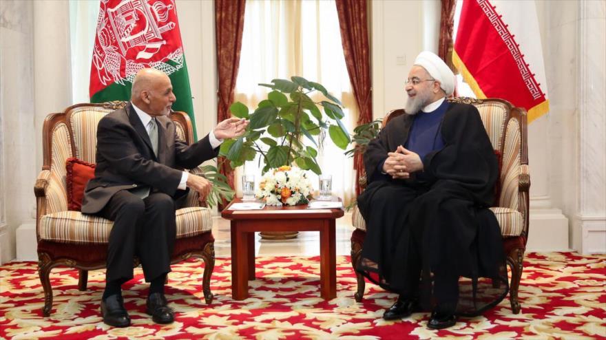 El presidente de Irán, Hasan Rohani (dcha.), reunido con su homólogo afgano, Ashraq Qani, en Biskek, capital de Kirguistán, 14 de junio de 2019.