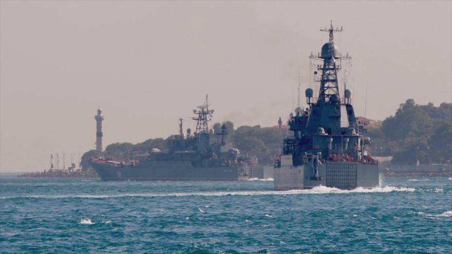 Buques rusos BSF Ropucha, de clase LSTM Tsezar, y Ropucha Azov 151 cruzan el estrecho del Bósforo rumbo a las costas sirias, 13 de junio de 2019.