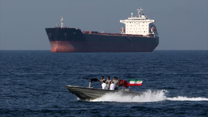 Fuerzas iraníes desplegadas en el estrecho Ormuz, sur de Irán, en el marco del Día Nacional del Golfo Pérsico, 30 de abril de 2019. (Foto: AFP)