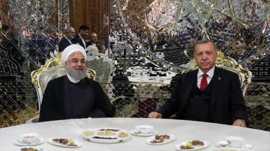 Presidente de Irán, Hasan Rohani, y su par turco Recep Tayyip Erdogan, en una reunión en Dusambé, capital tayika, 15 de junio de 2019.