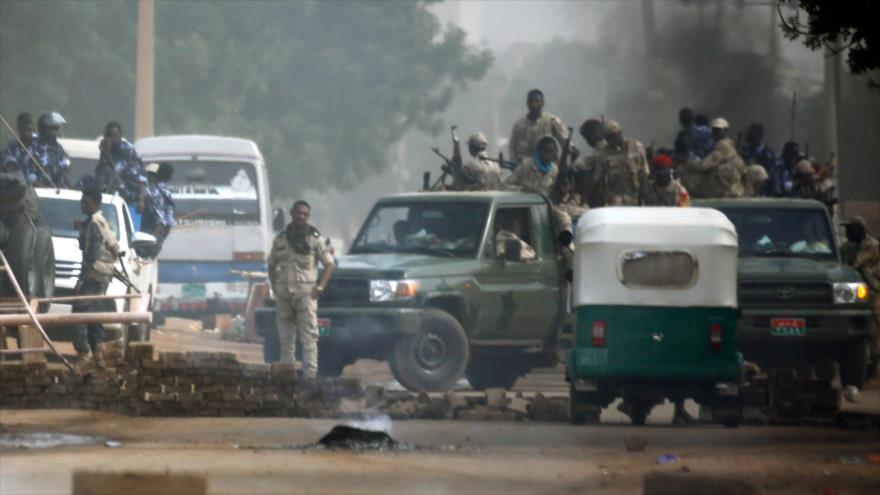 Fuerzas de seguridad sudanesas intentan dispersar protesta de ciudadanos en Jartum, la capital , 3 de junio de 2019. (Foto: AFP)