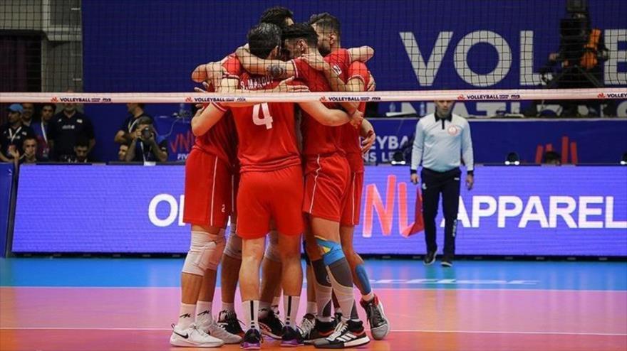 Voleibolistas iraníes celebran su victoria ante Polonia en un partido celebrado en la ciudad de Urmía (noroeste de Irán), 15 de junio de 2019. (Foto: Tasnim)