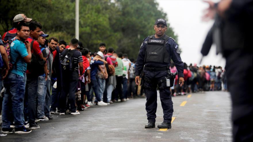 Agentes mexicanos intentan bloquear el avance de una caravana de migrantes centroamericanos hacia la forntera sureña de EE.UU.