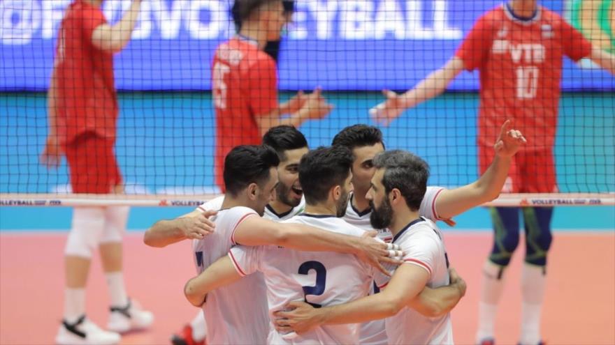 Los voleibolistas iraníes celebran su victoria ante Rusia en la Liga de Naciones de Voleibol, Urmía, 16 de junio de 2019.