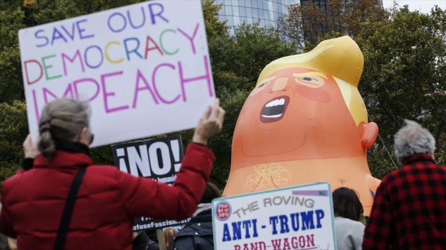 Manifestantes inflan un globo de Donald Trump, y piden un juicio político contra el presidente de EE.UU., Nueva York, 28 de octubre de 2018.