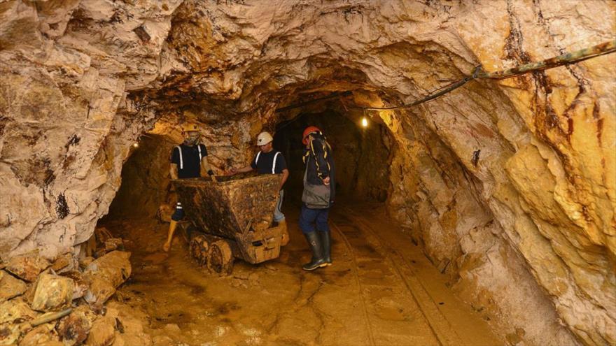 Entrada de una mina de oro en Ecuador.
