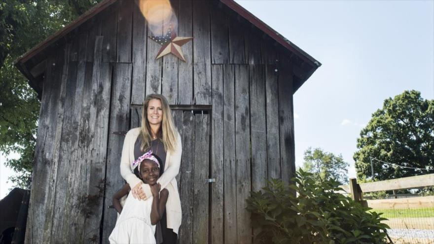 Renee Bach, una misionera estadounidense acusada de matar a 100 niños en Uganda.